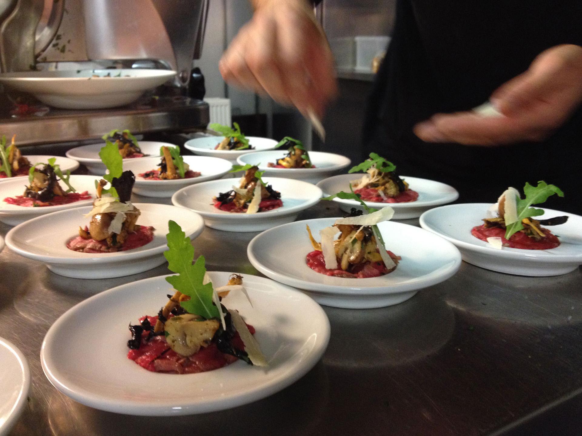 Bereiding diner in de keuken van de Amstelzaal