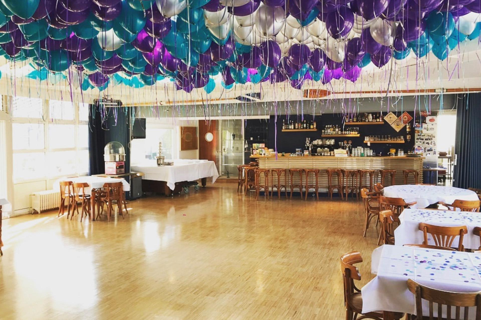 Binnenruimte van de Amstelzaal met ballonnen.