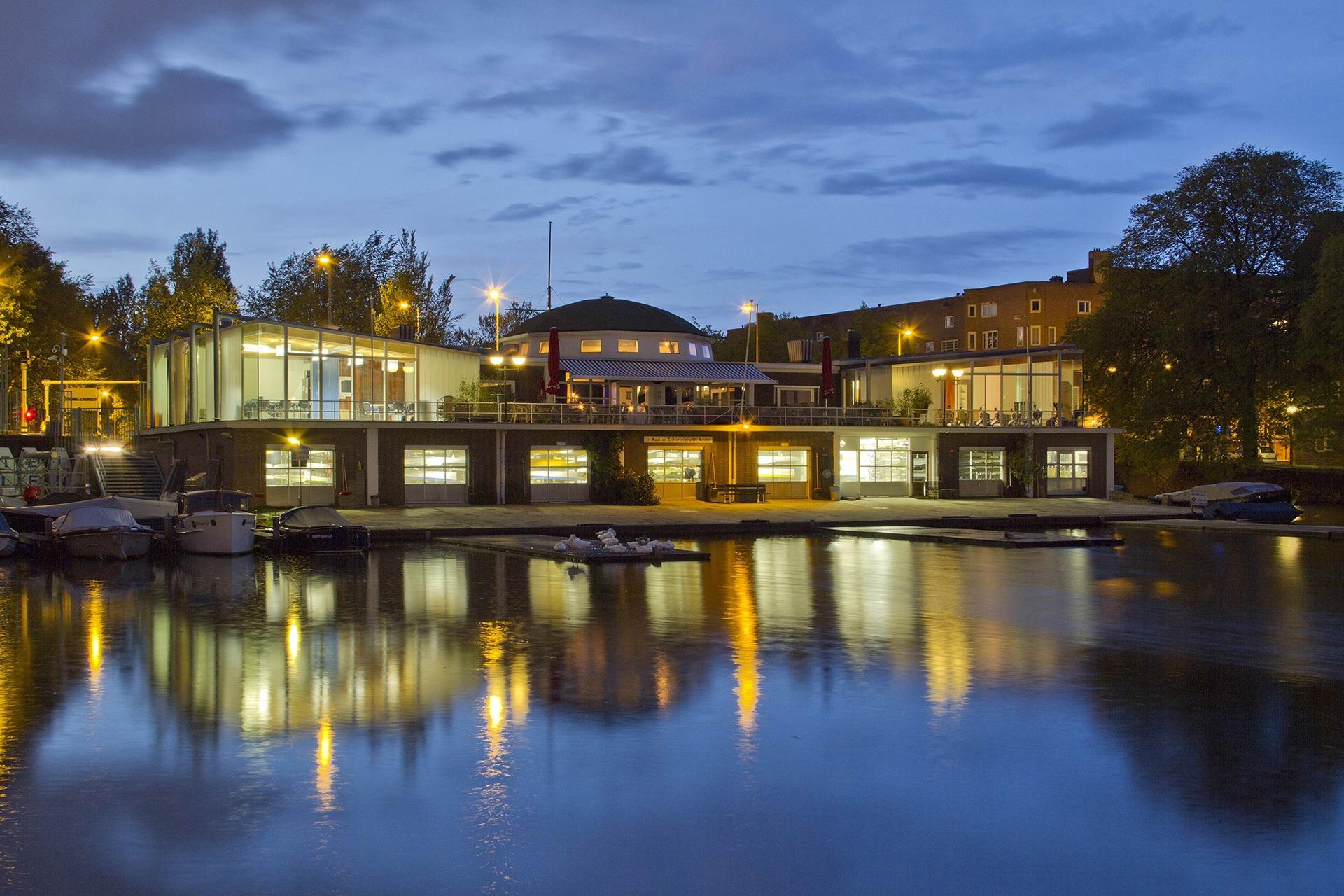 De Amstelzaal vanaf het water 's nachts