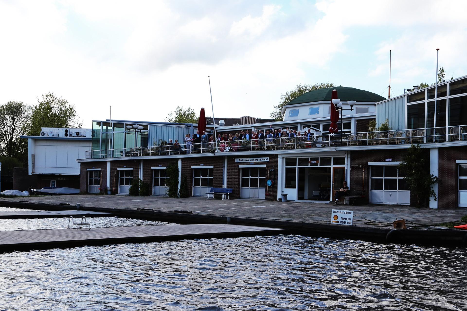 De Amstelzaal gezien tijdens een aankomst vanaf het water.