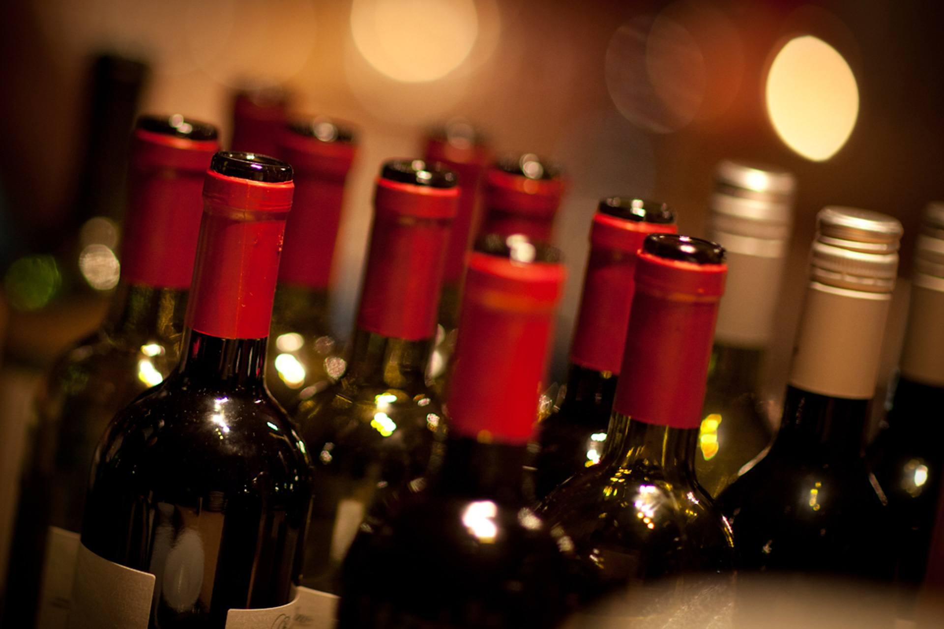 Rode en witte wijnflessen bij de Amstelzaal